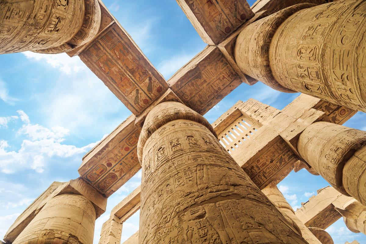 卡納克神廟巨大的柱子和橫樑,上面雕刻有古埃及的楔形文字