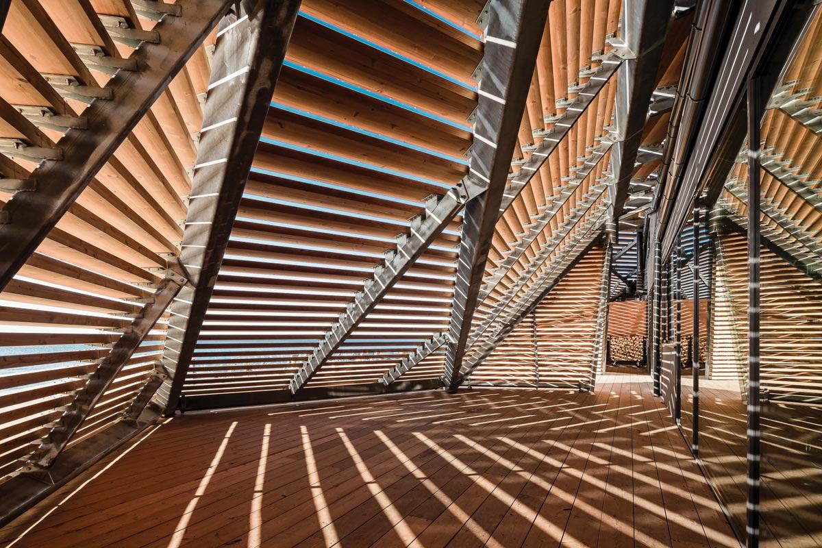 陽光透過特別的橫木構造在公共桑拿房 內部形成錯落有致的光影