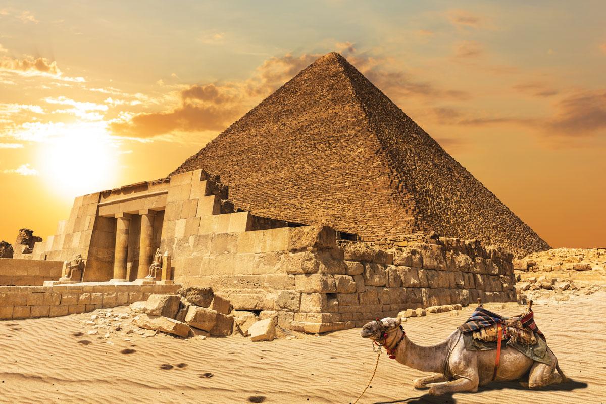 舉世聞名的獅身人面像坐落在吉薩神廟前,遊客可以行至胡夫金字塔之內十五米處,參觀其中的壁畫和墓室