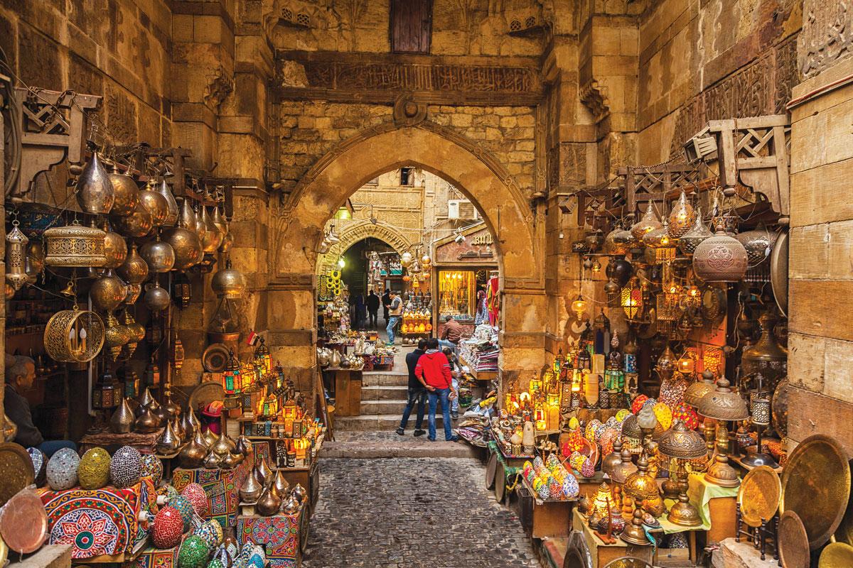 開羅伊斯蘭老城中的店鋪,掛滿了傳統的埃及燈具