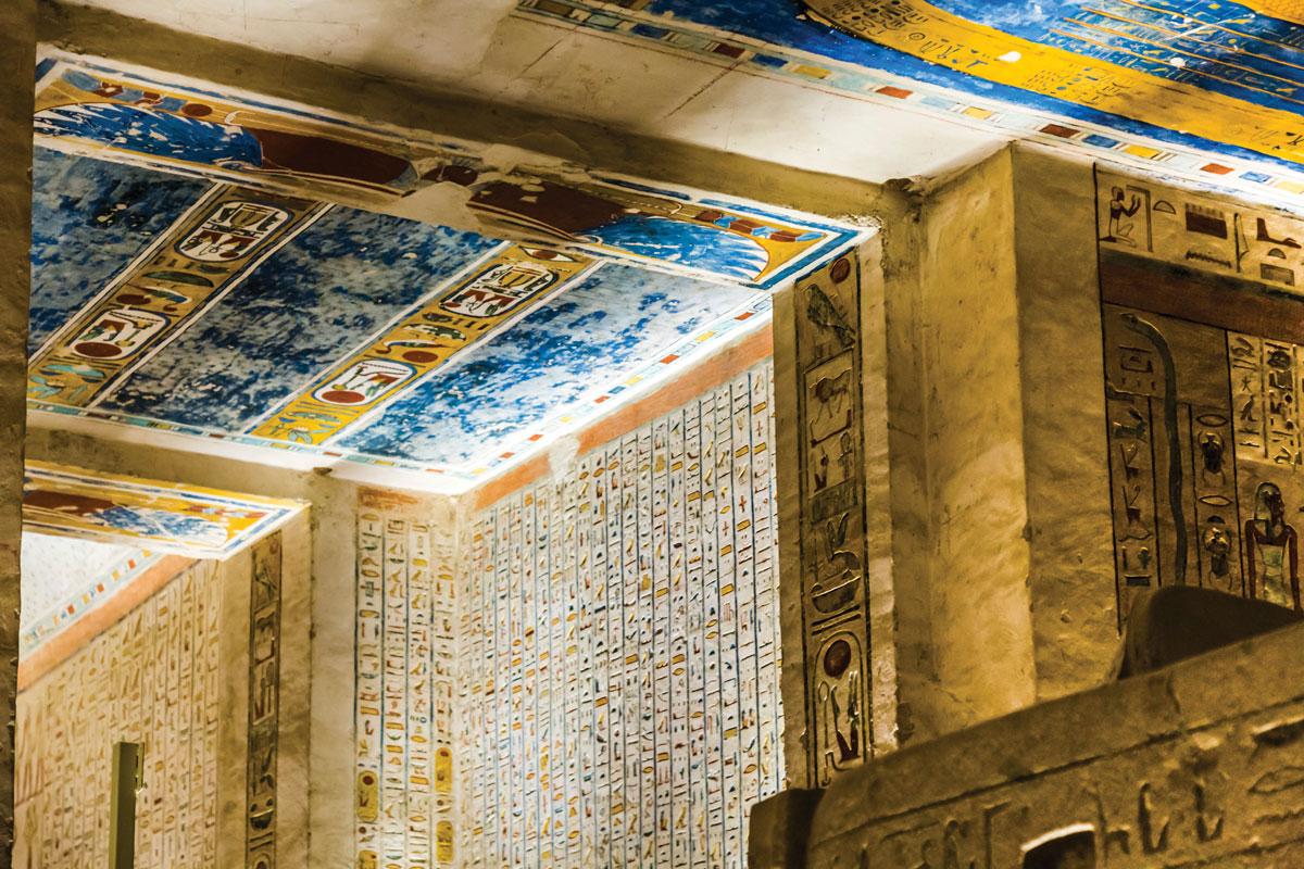 拉美西斯六世墓穴的天花板上描繪著源自《日之書》和《夜之書》中的神話故事
