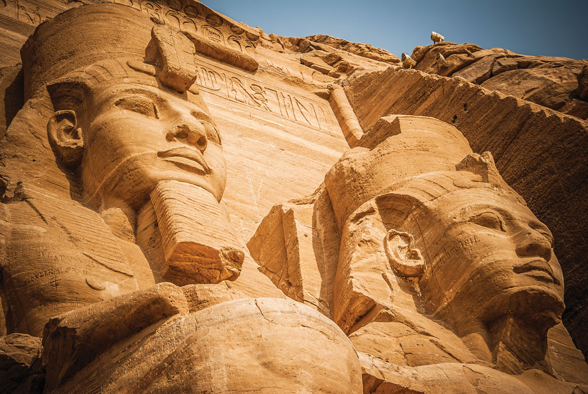 阿布辛貝神廟前的拉美西斯二世摩崖雕像高達三十米 埃及 金字塔